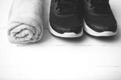 Style noir et blanc de chaussures de course et de couleur de ton de serviette Images stock