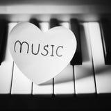 Style noir et blanc de ton de couleur de piano et de coeur Images stock
