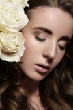 Style nuptiale avec des roses. Maquillage de luxe de mariage  Photographie stock libre de droits