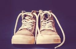 Style occasionnel de chaussures en cuir sur un fond colared Photographie stock