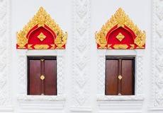 Style thaïlandais d'art de fenêtre dans le temple public avec le cha-DA sur Photographie stock libre de droits