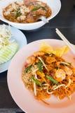 Nouilles de riz faites sauter à feu vif (protection thaïlandaise) photographie stock libre de droits