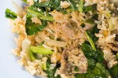 Style thaïlandais de nourriture, riz frit avec du porc sur le fond blanc fin photographie stock