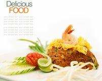 Style thaïlandais frit de nouille avec le tamarin et la sauce à piments photos stock