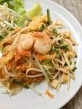 Style thaïlandais frit de nouille avec les crevettes roses, nouilles de sauté avec la crevette dans la protection thaïlandaise, s photo libre de droits