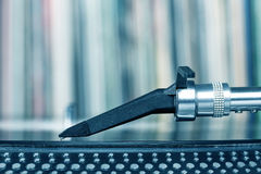 Stylet du DJ sur le vinyle de rotation, fond record Photographie stock