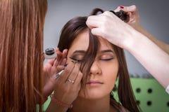 Styliści robi włosy i makeup Zdjęcia Stock