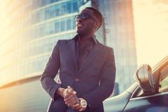 Stylich amerykanina afrykańskiego pochodzenia męski pobliski samochód fotografia royalty free