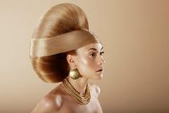 styling Profil der bezaubernden Frau mit goldener Frisur stockfotos