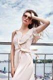 Stylis de seda 'sexy' novos morenos bonitos das sapatas de vestido do desgaste de mulher Fotografia de Stock Royalty Free