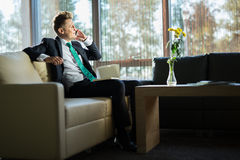 Stylish businessman talking to someone on the Royalty Free Stock Photos