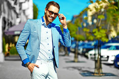 Stylish handsome manl in the street Royalty Free Stock Photos