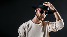 Stylish man in hat and sunglasses Royalty Free Stock Photography