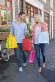 Stylish young couple walking with shopping bags Royalty Free Stock Photos