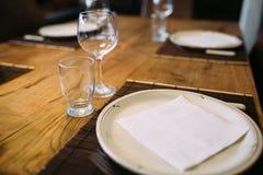 Stylishly klädd matställetabell Fotografering för Bildbyråer