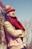 Stylishly klädd skäggig man i rolig hatt som tycker om liv Royaltyfri Foto