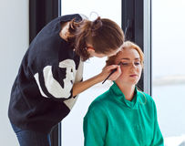 Stylist does a make-up Royalty Free Stock Images