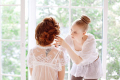 Stylist makes makeup bride before the wedding Royalty Free Stock Photography