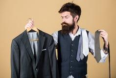 Stylista rada Dopasowywanie krawat z strojem M??czyzny modnisia chwyta brodaci krawaty i formalny kostium Facet wybiera krawat zdjęcie stock