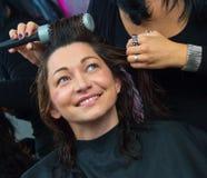 Stylista robi kobiecie nowej fryzurze obraz royalty free
