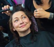 Stylista robi kobiecie nowej fryzurze obrazy royalty free
