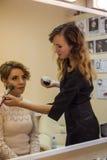 Stylista robi makeup modelowi Zdjęcie Stock