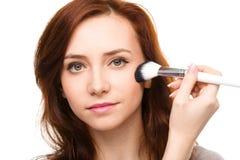 Stylista stosuje szminkę dla młodej dziewczyny Zdjęcia Royalty Free