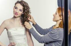 Stylista zanim strzelający koryguje fryzurę model Fotografia Royalty Free