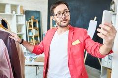 Styliste à la mode prenant la photo dans l'atelier Image libre de droits