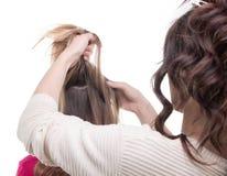 Styliste en coiffure travaillant de dos Image libre de droits