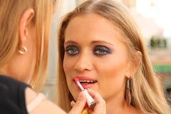 Styliste faisant le maquillage images libres de droits