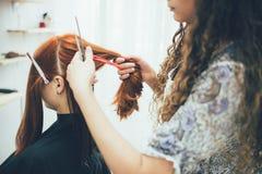 Styliste travaillant dans dénommer de salon de beauté, de coupe de cheveux et de cheveux photos stock