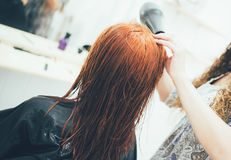Styliste travaillant dans dénommer de salon de beauté, de coupe de cheveux et de cheveux photo libre de droits