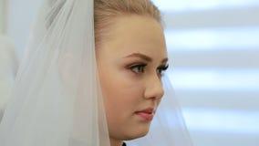 Stylisten väljer skyla för den framtida bruden Sätta viten för brud` s skyla på håret av bruden arkivfilmer