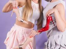 Stylistes de mode présent des talons hauts photo stock