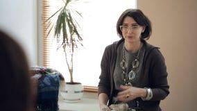 Stylistuppföranden grupperar rådgivning på tema av bruk av tillbehör stock video