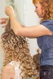 Stylisty fryzjer męski robi ślubnej fryzurze Zdjęcie Stock