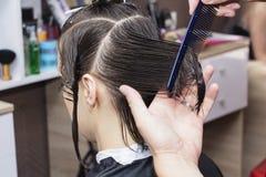 Stylisty fryzjer w fryzjera męskiego sklepie robi ostrzyżenia zbliżeniu zdjęcie stock