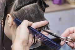 Stylisty fryzjer w fryzjera męskiego sklepie robi ostrzyżenia zbliżeniu fotografia stock