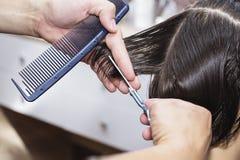 Stylisty fryzjer w fryzjera męskiego sklepie robi ostrzyżenia zbliżeniu zdjęcia royalty free