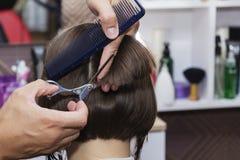 Stylisty fryzjer w fryzjera męskiego sklepie robi ostrzyżenia zbliżeniu zdjęcie royalty free