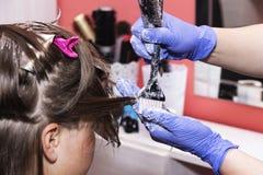 Stylisty fryzjer w fryzjera m?skiego sklepie robi ostrzy?enia zbli?eniu zdjęcia stock