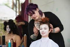 Stylisty naprawiania włosy obrazy stock
