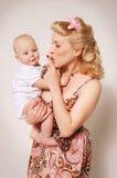 Stylization de la muchacha feliz del contacto-para arriba con el bebé foto de archivo