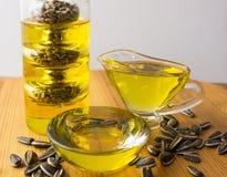 stylized solros för droppe olja bottle för banavatten för clippingen exponeringsglas isolerad mineralisk white Royaltyfri Bild