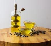 stylized solros för droppe olja bottle för banavatten för clippingen exponeringsglas isolerad mineralisk white Royaltyfri Fotografi