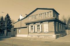 Stylized tonade bild av det gamla trähuset med mansarden på stadgatan Arkivbild
