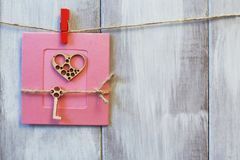 _ Stylizowany serce i klucz na jutowym sznurze na menchiach tapetujemy tło Lekki naturalny drewniany tło zdjęcie stock