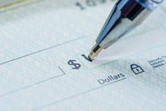 Stylo écrivant la quantité du dollar sur le contrôle photos libres de droits