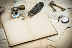 Stylo antique d'accessoires, de lettres, d'encrier encastré et d'encre Images libres de droits